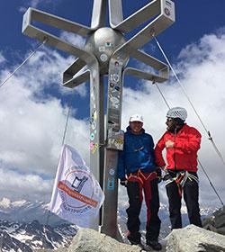Ihre Fahne an der Spitze (Gipfelfoto)